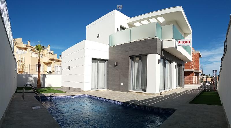 3 bedroom, 2 bathroom detached villa in Orihuela Costa (Villamartin) only 269,000 euros