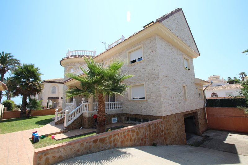 7 bedroom, 3 bathroom villa in Orihuela Costa (La Zenia) only 1,100,000 euros