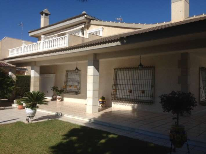 6 bedroom, 4 bathroom villa in Orihuela Costa (La Zenia) only 1,030,000 euros