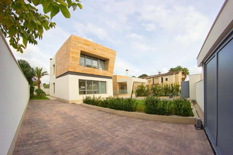 4 bedroom, 4 bathroom detached villa in Orihuela Costa (Campoamor) only 960,000 euros