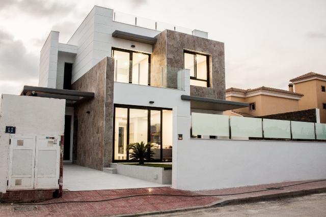 3 bedroom, 3 bathroom detached villa in Orihuela Costa (Villamartin) only 259,000 euros