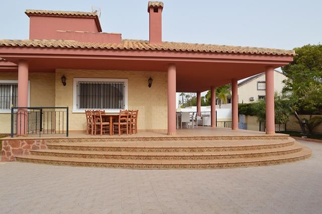 4 bedroom, 2 bathroom villa in Orihuela Costa (Mil Palmeras) only 699,000 euros