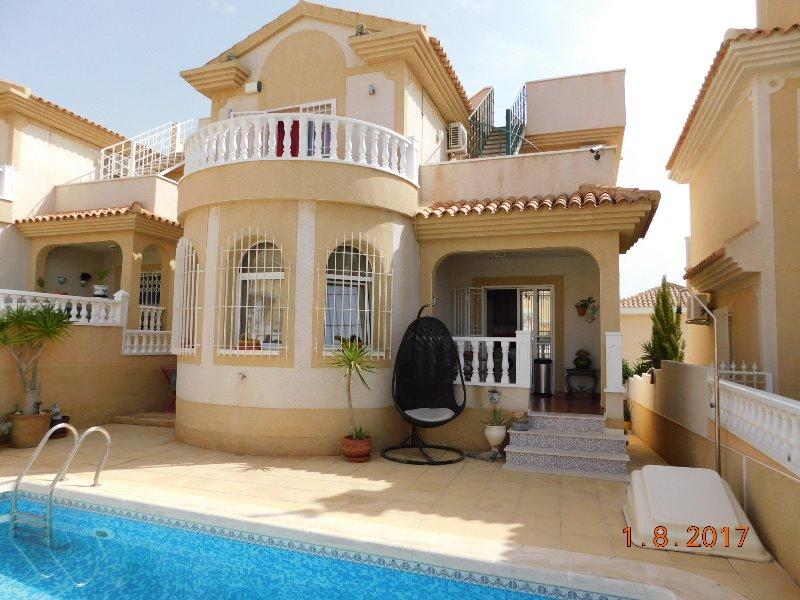 3 bedroom, 2 bathroom detached villa in Orihuela Costa (Villamartin) only 219,000 euros