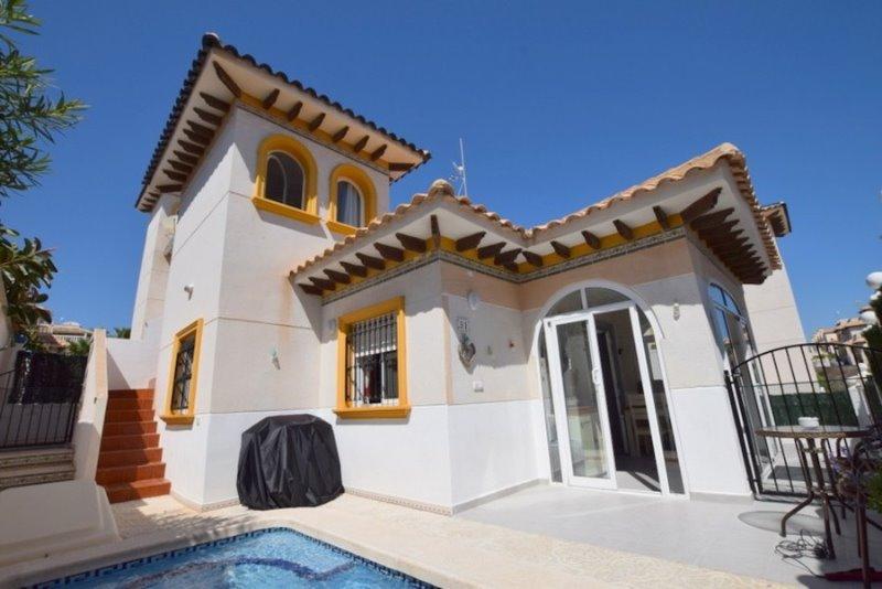 3 bedroom, 1 bathroom detached villa in Orihuela Costa (Playa Flamenca) only 174,995 euros